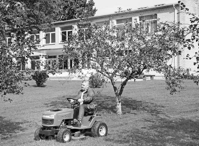 Žolei pjauti mokykla įsigijo traktoriuką. Prie jo vairo dažnai sėda direktorės pavaduotojas ūkio reikalams Kęstutis Meiliūnas.