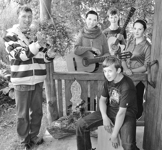M. Garalevičius(pirmas iš kairės) su muzikalia Kaziliūnų šeimyna.