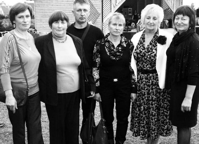 Mūsų rajono Norgėlų bendruomenės delegacija Raseinių rajono Norgėlų kaimo bendruomenės šventėje. Iš kairės: Irena Lukoševičienė, Aldona Malkevičienė, Gintaras Malkevičius, Stefa Mištolienė ir abiejų bendruomenių vadovės Gražina Čiarienė bei Rima Navadonskienė.