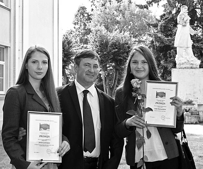 Mokslo metų pradžioje verslininkas Rimas Želvys premijas įteikė Pasvalio gimnazistėms Jovitai Gudvalytei (kairėje) ir Julijai Rastauskaitei.