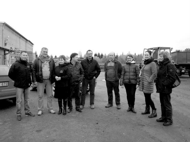 """Konkurso """"Metų ūkis 2014"""" komisijos nariai ir """"Biržų žemtiekimo"""" įmonės atstovai su konkurso trečios vietos laimėtojais, Pumpėnų miestelio ūkininkais Donatu ir Vilma Matuzevičiais (iš dešinės – trečia ir ketvirtas)."""