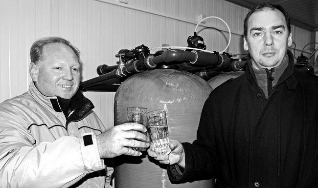 Savivaldybės tarybos narys pajiešmenietis Gediminas Andrašūnas (kairėje) ir Pajiešmenių seniūnaitis Sigitas Saulis norėtų, kad švariausias ir pigiausias Lietuvoje vanduo dar atpigtų.