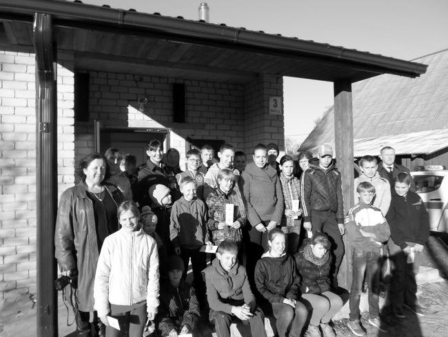 Norių kaimo jaunimas su svečiais prie bendruomenės namų.