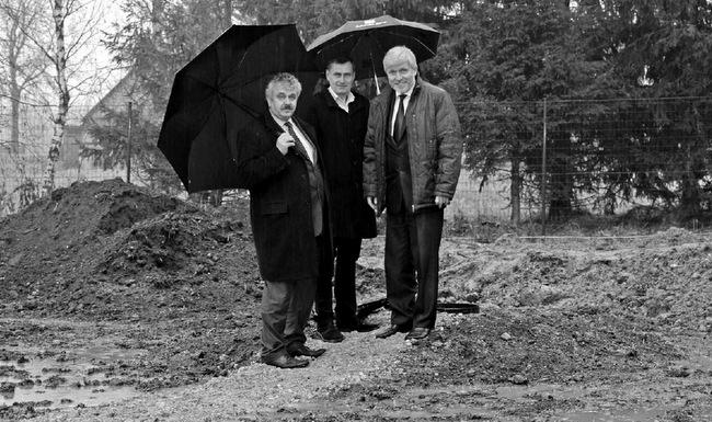 """Naująjį Rinkūnų kaimo vandenvietės bebokštį gręžinį rajono meras Gintautas Gegužinskas, jo pavaduotojas Povilas Balčiūnas ir """"Pasvalio vandenų"""" direktorius Algimantas Mataitis apžiūrėjo pliaupiant lietui."""