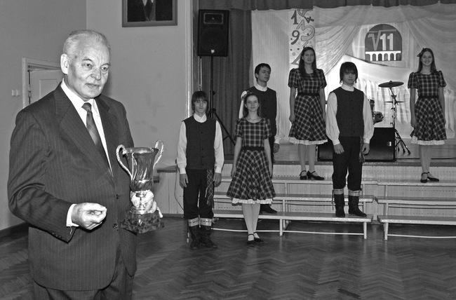 Kraštietis profesorius Bronius Grigelionis Pasvalio Petro Vileišio gimnazijoje dažniausiai pats įteikdavo taurę olimpiados nugalėtojams.