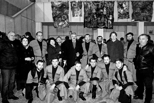 Čokhatauri vyrų folklorinis ansamblis su šio rajono savivaldybės vadovais ir svečiais iš Pasvalio.
