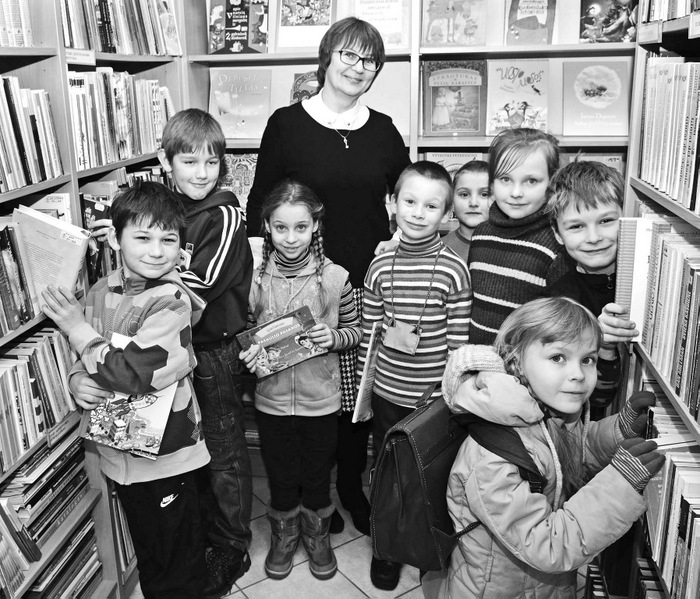 Bibliotekos vedėja Virginija Čeponienė per pertrauką sulaukė mažųjų skaitytojų