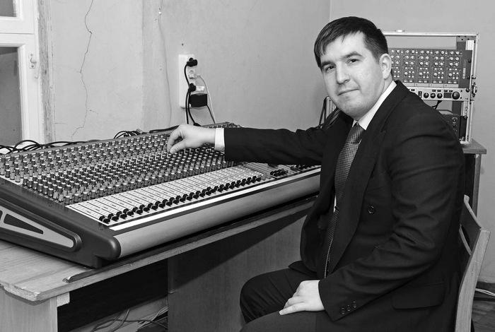 Kultūros centro direktorius Robertas Lavickas prie naujojo garso pulto.