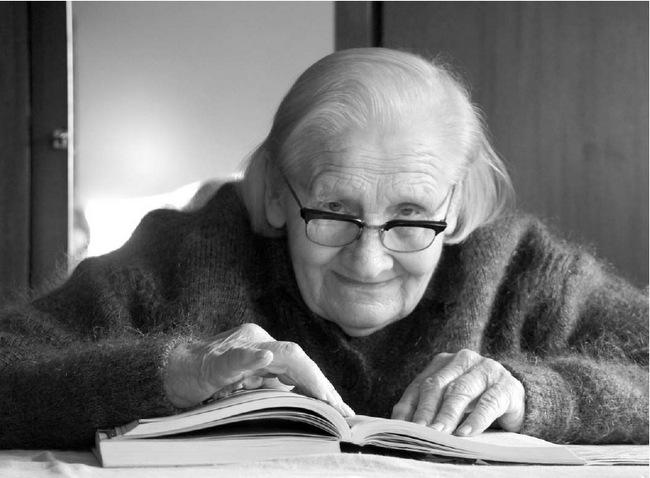Ir sulaukusi 90 metų Felicija Baranauskaitė-Baikienė iš rankų nepaleidžia knygos.