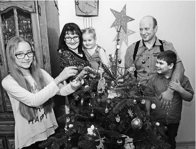 """Šauni konkurso """"Metų ūkis 2014"""" trečiosios vietos laimėtojų šeima: Greta, Vilma Matuzevičienė su mažąja Melita ir Donatas Matuzevičius su savo pagalbininku Roku."""