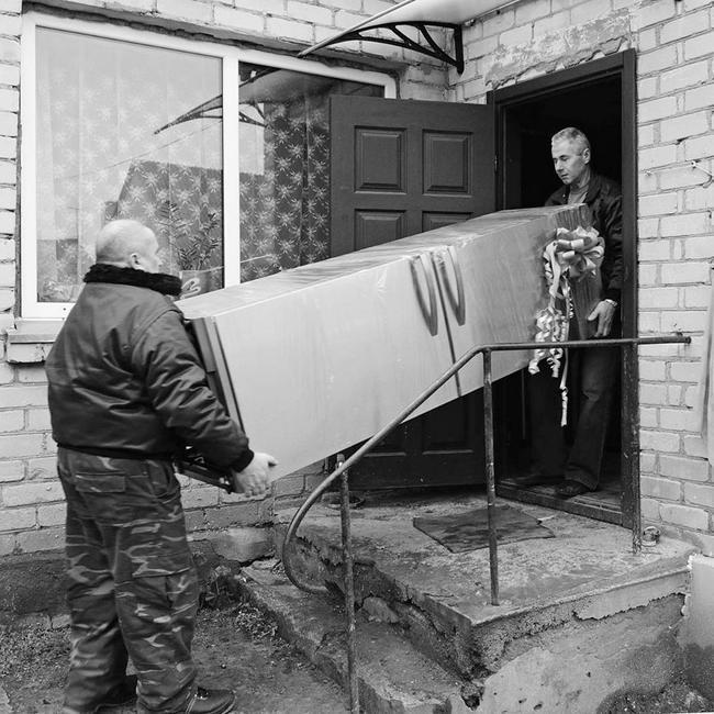 Šeima sulaukė didžiulio naujo šaldytuvo su šaldikliu.