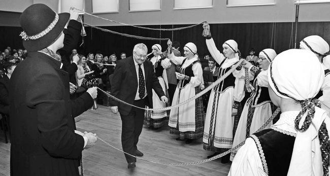 Į sceną žengia Pasvalio apylinkių seniūnas Stanislovas Triaba.