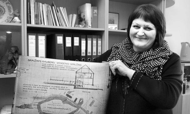 Bendruomenės pirmininkė Gražina Paškevičienė išskleidė Raubonių malūno ir teritorijos 1924 metų planą.