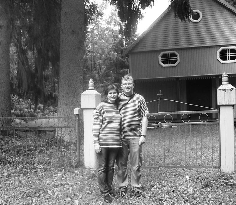 Darius Danusevičius su žmona Lina prie Porijų koplyčios ir šalia jos augančių didžiulių eglių, kurias čia pasodino Dariaus prosenelis.