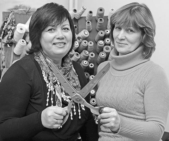 Gita Baliūnienė ir Daiva Urbonavičienė įsitikinusios, jog siuvėjų reikės visada.