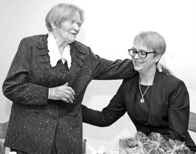 """Pušaloto mokyklos scenoje – knygos """"Gyvenimus jungianti upė"""" autorė Elena Rutkauskaitė ir redaktorė Janina Bagdonienė."""