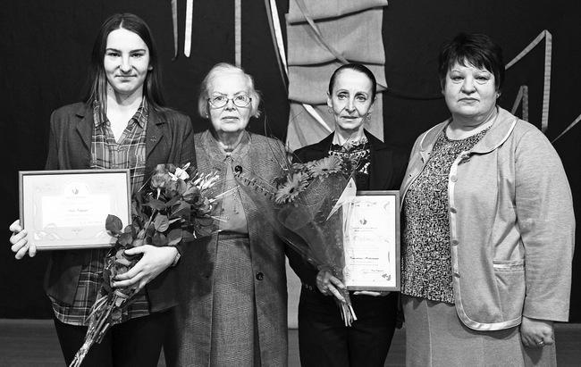 Abiturientė Aida Velykytė, Vileišių giminės ainė Dalia Klungevičiūtė-Strazdienė, mokytoja Rimantina Morkūnienė ir Vileišiečių organizacijos vadovė Birutė Palijanskienė.