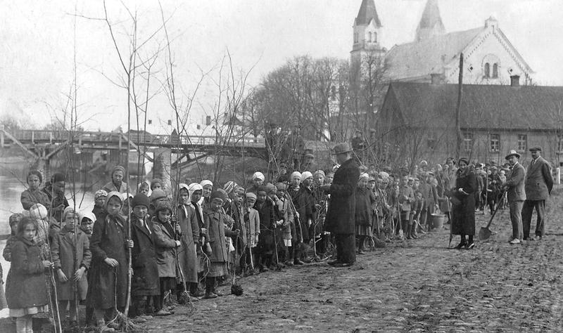 1 Pasvalys. Pumpenu g. medelių sodintojai 1935